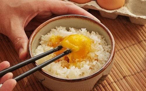 tác hại khi ăn trứng gà sống